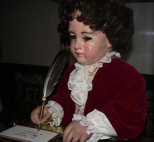 escritor con pluma en la mano
