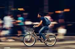 Manejando bicicleta en las calles de la ciudad - Ley de Convivencia Vial